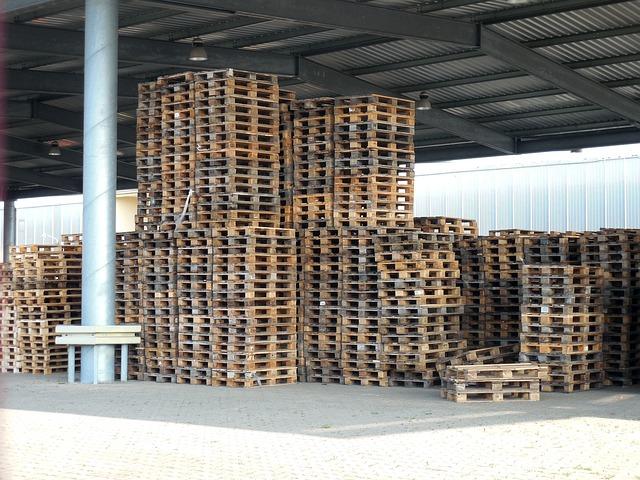 dřevěné palety ve skladu.jpg