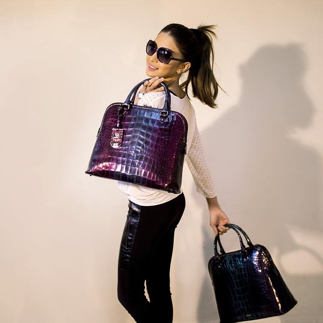dívka s kabelkami