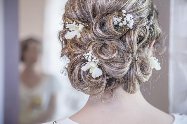 nevěsta, která má v hlavě svatební ozdoby