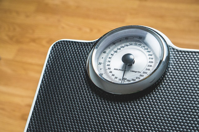 váha s měřicí stupnicí