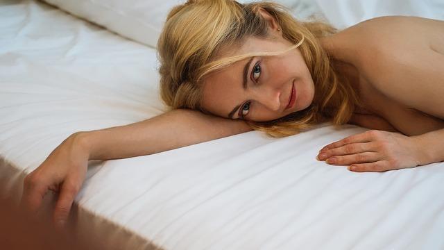 usměvavá blondýna v posteli