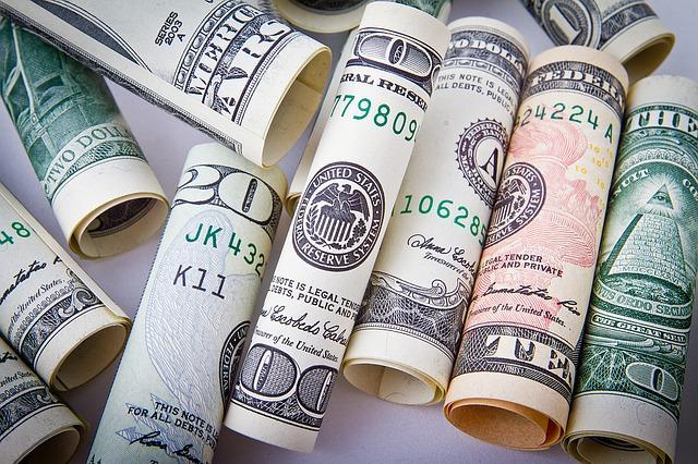 Hromady amerických dolarů