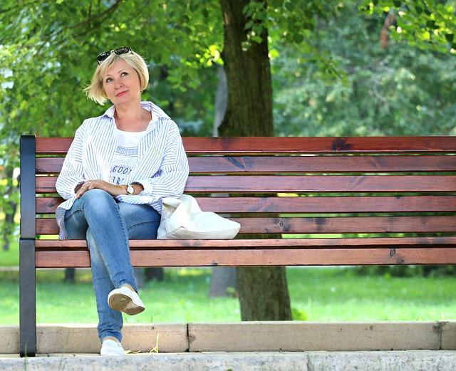 žena na lavičce v parku.jpg